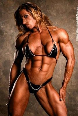 Corpo feminino com uso de anabolizantes
